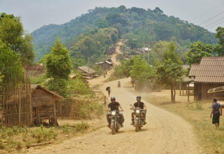 Nous quittons Chiang Mai avec deux Royal Enfield Classic 500 cm3 chargées du strict minimum et dormons à Chiang Khong au bord du Mékong. Le Laos est juste de l'autre côté du fleuve. L'excitation monte, stress et euphorie ! Comment va se dérouler le passage de frontière ? A-t-on tous les papiers ? Assurance ? Visas ? Combien de temps va prendre tout cela ? Avec Josh, on observe d'un œil amusé François qui s'impatiente devant les douaniers thaïlandais… L'opération « passage de Bullet » se déroule bien, après beaucoup de paperasse et 3 heures de process, nous voilà en terre laotienne avant l'heure du déjeuner.