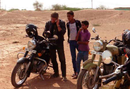 """<strong>D'où viens-tu Jean ? Depuis quand es-tu passionné de moto ?</strong> Je viens de la région parisienne, mais je suis parti très tôt de chez moi ! A 17 ans et demi j'ai décidé de partir vivre dans les Alpes près de Chamonix ! Concernant la moto, un jour c'est un copain qui m'a proposé de reprendre sa 500XT qu'il disait """"morte""""... Eh bien je suis resté 10 ans avec ! C'est là que la passion de la moto s'est ajoutée à celles du voyage et de la montagne, tout cela a commencé vers 1990. Ma moto c'est l'outil parfait pour se balader. Grâce à elle je passe partout : dans les chemins, les plus petits sentiers, je me sens vraiment libre !  <strong>Comment as-tu rejoint l'équipe Vintage Rides ?</strong> Vers 1994, j'ai pris l'avion jusqu'à Delhi avec en tête l'idée de partir faire des treks au Népal. Mais je n'ai finalement jamais pris mon bus vers le Népal ! J'ai vu en arrivant qu'on pouvait louer des motos en Inde et j'ai passé 5 mois à me balader au Cachemire, dans les montagnes, à deux pas de l'Himalaya. Avec la Royal Enfield je retrouve vraiment l'esprit moto qui me touche, celui de la baroudeuse, de l'infatigable qui passe partout. De fil en aiguille, j'ai commencé à guider les tours pour Vintage Rides. Ce que j'aime chez Vintage Rides : un vrai état d'esprit motard sympa, la liberté de créer mes itinéraires et de sortir des sentiers battus. Ce qui me guide moi ? La passion !"""