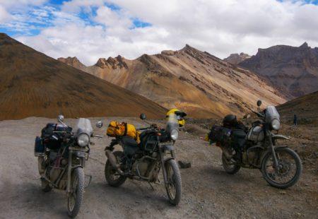 <h3>Un test ride réussi</h3>  Lors de leur voyage au Ladakh, les trois motards ont tout de suite été séduits par cette nouvelle moto. Adepte de Royal Enfield, Guillaume roule au quotidien en Continental GT à Delhi et voyage à travers l'Asie en Bullet 500. Ses premiers mots sont réjouissants : « J'ai été complètement bluffé par l'Himalayan ! » Baptiste, ancien capitaine dans l'armée de terre, a moins d'expérience moto, il a découvert cet été l'ivresse des cols himalayens sur une Royal Enfield en Bullet puis en Himalayan. « J'avais pas mal voyagé dans des contrées hors des sentiers battus mais jamais à moto. J'ai passé mon permis il y a tout juste un an car j'ai toujours rêvé de road trip sur ce genre de bécanes. Elle se sont avérées parfaites pour cette aventure, chacune avec leur petit caractère ! ».