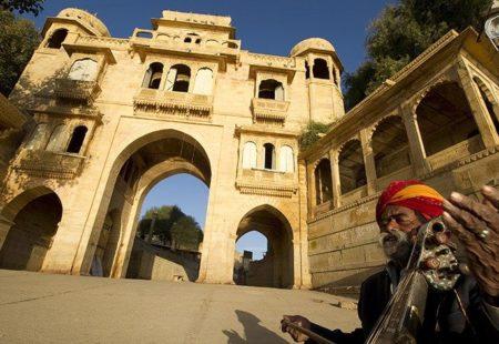 Depuis la région semi-désertique du Shekawati, le circuit pique plein Sud vers Pushkar, puis Jodhpur, et Ghanerao. Vous aurez toujours l'occasion de passer des nuits dans de beaux palais restaurés, des Havelis raffinées. « Il ne s'agit pas d'hôtels de luxe mais de lieux toujours empreints d'un certain charme » précise Manon. Cap ensuite vers le Sud-est du Rajasthan au pied des monts Aravallis par les chemins de traverse. Coup de cœur plébiscité par les riders, l'itinéraire vous permet désormais de poser vos casques et vos valises deux nuits à Udaipur. Mais la grande nouveauté, ce sont les trois nouvelles étapes confidentielles entre Udaipur et Jaipur. Chittorgarh et sa forteresse impressionnante dominant l'horizon. Bundi avec son imposant palais à flanc de colline et sa vieille ville aux allures de médina. Et le parc national de Ranthambore, où vous aurez l'occasion de partir en safari pour tenter d'apercevoir les célèbres tigres. Manon, elle, a une préférence pour Bundi : « J'ai le projet de partir en début d'année sur les routes du Rajasthan, j'ai hâte de redécouvrir Bundi, joyau oublié du Rajasthan. »