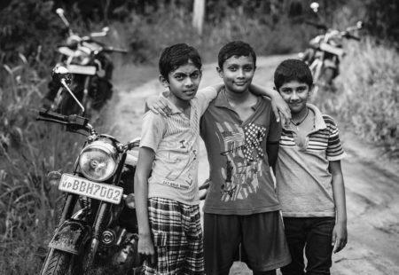 """<h3>L'Inde du Sud et le Sri Lanka à l'honneur</h3>  Ce jeudi 15 Septembre, c'est l'Inde du Sud douce, et le Sri Lanka tropical qui étaient au centre des discussions. Dominique et Marie-Hélène sont partis faire un voyage moto dans ces deux régions. Nous leur avons demandé d'intervenir lors du warm up hier et avec leur rhétorique phénoménale ca n'a pas loupé, l'audience a été captivée. De quoi aussi se débarrasser des préjugés sur ces deux pays que certains perçoivent similaires ! Que nenni, un <a href=""""https://www.vintagerides.com/voyage-moto/sri-lanka/"""">voyage à moto au Sri Lanka</a> est différent d'un <a href=""""https://www.vintagerides.com/voyage-moto/inde-du-sud/"""">voyage moto en Inde du Sud</a>. Notre Martin international, expert voyage moto basé à New Delhi est rentré en France pour l'occasion. C'était à lui hier soir, en tant que coordinateur de ces régions, de donner les grandes lignes et d'animer l'assemblée pendant une trentaine de minutes. Rien de tel que de belles vidéos pour se plonger dans l'atmosphère et malgré quelques petits problèmes techniques, nous avons réussi à diffuser le trip que Martin a guidé en Inde du Sud cette année. ''Pour donner des conseils sur les destinations il faut obligatoirement s'y rendre et vivre l'expérience du terrain. Aujourd'hui je suis capable de te donner tous les bons plans d'un voyage moto en Inde du Sud et au Sri Lanka''. Entre l'une ou l'autre destination, difficile de se décider, mais certains riders ont réussi à faire le choix hier, avant de se jeter sur les plateaux de fromage."""