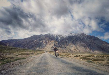 A l'image des Vintage Riders, Alex est un passionné de la route. Même après plus d'une décennie à vivre dans le sous-continent indien, le voyage au Ladakh et la splendeur des paysages lunaires paraissent bien singuliers. Lors d'un ride autour du lac salé de Tso Moriri, impossible de différencier ceux qui découvrent les paysages de roche pour la première fois et les autres, tant l'émerveillement est remarquable. La convivialité et l'esprit de partage sont bien plus importants au sein du groupe que la performance. Au contact des populations locales, Pascal, Noel, Christophe, Cédric, Dominique, Pascal, Philippe, Lionel, Eric, Marie-Anne, Eric et Patrick réalisent le rêve d'une vie au coeur d'un terrain de jeu hors du temps, à plus de 5000m d'altitude. Un grand merci à eux d'avoir d'avoir contribué à la réalisation de ce reportage moto en Royal Enfield pour France 2.