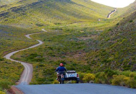 <h2>Ode au « Slow Travel »</h2>  Ce que nous a laissé Hubert, c'est une vraie philosophie du voyage moto. Il a inspiré de nombreuses personnes qui ont sauté le pas et réalisé leur rêve les plus fous. Sa devise est devenue un mantra pour beaucoup : « n'oubliez pas de prendre un risque aujourd'hui ». Ses aventures sont une véritable éloge de la lenteur et du voyage au long cours, celui où l'on prend le temps, et où la vitesse et la performance n'ont pas leur place. Ce sont toutes ces valeurs que nous essayons de vous insuffler à travers nos voyages moto. Prendre les chemins de traverse, vous emmener vivre une aventure intense tout en prenant le temps de la découverte et des rencontres…