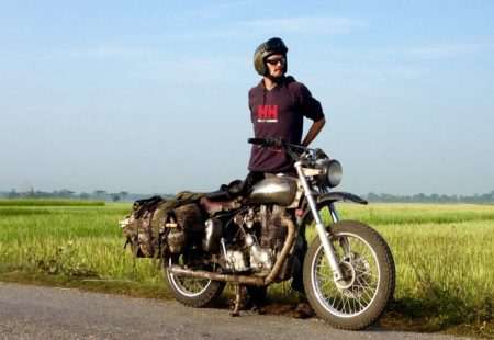 """<h3>La Belle de Madras</h3>«Si tu ne la brutalises pas, cette moto t'emmène au bout du monde !» Avec ce monocylindre volontaire, François a trouvé chaussure à son pied, l'harmonie avec cette machine. Il savoure comme au premier jour l'émerveillement intact qu'elle procure au premier coup de kick. Sa Machismo 500 modifiée qu'il possède depuis plusieurs années est selon lui la plus kiffante des Royal Enfield, «avec son moteur longue course et son vilebrequin allégé, le couple est dispo tout de suite, un bonheur». Naturellement la moto devient un mode de vie, au boulot, en vacances, toujours sur une Royal Enfield, en Nouvelle-Zélande par exemple ou plus récemment au Vietnam. Lui qui roulait en France sur une Kawa 650 supermot' a rapidement oublié ses désirs de japonaises. «Pas besoin de ce genre de moto dans les pays asiatiques, tout se déroule à un autre rythme, la Royal Enfield est faite pour prendre son temps». Douceur, caractère, constance, elle suscite des envies de voyage au long cours. Il nous confie qu'un road trip de Delhi à Oulan-Bator, c'est quelque chose auquel il pense souvent. Pour l'instant, la prochaine aventure moto commence en Thaïlande, à Chiang Mai, pour une première saison au cœur du triangle d'or.Actu : Francois guidera tous les <a href=""""https://www.vintagerides.com/voyage-moto/thailande/"""">voyages moto Thailande</a> de la saison 2016/2017. Contactez Guillaume - guillaume@vintagerides.com - pour plus d'informations."""