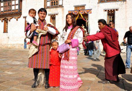 <h3>Plein Ouest, au cœur du Bhoutan</h3>  Nous arrivons à Jakar, au cœur de la vallée du Bumthang. Nous ne manquerons pas une petite halte à la Swiss Farm de Jakar, pour faire le plein de bons produits, manger une fondue au fromage tout en savourant une bière bhoutanaise. Nous continuons notre traversée du Bhoutan en direction d'un des plus beaux endroits du pays, notre coup de cœur : Gangtey et la vallée de Phobjika. En route nous traversons le village de Trongsa dominé par son magnifique dzong avant de passer un autre col d'altitude le Pele-La (3300 m). Située sur le versant Ouest des montagnes noires, la vallée de Phobjika se trouve à côté du Black Mountain National Park qui abrite de nombreux animaux, tels que des ours noirs de l'Himalaya et des léopards. Cette vallée est aussi connue pour l'observation des fameuses grues à cou noir qui migrent ici l'hiver. Quittons cette vallée magique pour une autre journée extraordinaire sur les routes sinueuses de montagnes jusqu'à Punakha. L'ancienne capitale du Bhoutan est réputée pour son imposant dzong à l'harmonie sublime.