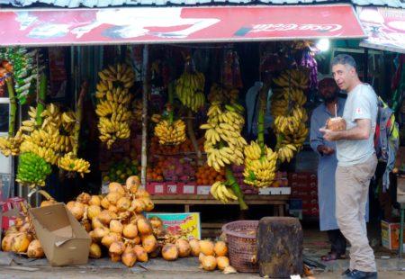 <strong>Cette grande aventure a débuté en janvier 2016 en Inde à New Delhi...</strong> Oui, j'ai d'abord pris le pouls de ce vaste pays, en commençant mon voyage en douceur dans le Nord de l'Inde, sans moto, en train et en bus. De belles expériences au Madhya Pradesh, dont un séjour dans une petite famille adorable à Orchha et dans une autre famille très accueillante à Khajurâho. Puis je préparais mon itinéraire au jour le jour, en réservant à la dernière minute. Cap au Sud, j'ai atterri ensuite à Cochin au Kerala, j'ai loué une Royal Enfield 500 pour faire mon premier trip en moto tout seul en Inde pendant 1 semaine. Première fois aussi que je prenais un homme en stop en moto, en redescendant de Munnar, sur plus de 20 km de virages, il m'a offert l'apéro en arrivant. <strong>Après ce «baptême du feu» tu es parti en direction de l'Asie du Sud-est...</strong> J'ai eu la chance d'aller en Birmanie. Il est très compliqué de louer une moto, il est interdit de conduire pour les étrangers dans les milieux urbains. Bagan, ses pagodes, le lac Inle, un pays de toute beauté. Après, je me suis rendu au Laos, pays encore très préservé du tourisme. J'ai loué une 250 Honda à Vientiane pour explorer les provinces de l'est. Puis je suis parti dans la magnifique province de Phongsali, faire un trek 4 jours dans les villages Pao, là-bas, on a fait appel à moi en tant que médecin. Je garde du Laos la plus belle émotion de mon voyage en Asie.