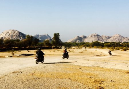 """<strong>Comment as-tu décidé de partir avec nous ?</strong> J'avais prévu un voyage aux Maldives qui a été annulé. Je me suis alors rappelé d'un ami qui était parti avec Vintage Rides en Inde. Il m'avait dit que c'était une excellente expérience et une bonne organisation. Du coup, je me suis inscrit sur un <a href=""""http://www.vintagerides.com/voyage-moto/inde-rajasthan/"""">voyage moto au Rajasthan</a>, L'Aventure Rajasthanie.  <strong>Ton impression générale sur ce voyage moto ?</strong> Je me suis éclaté ! Et à tel point, quand même, que je me suis acheté une Royal Enfield à mon retour. Ce voyage était génial. Dans notre groupe, j'ai rencontré des gens sympas et passionnés. L'entente a été excellente. Nous sommes tous restés en contact et on prévoit de repartir ensemble. J'ai aussi découvert une super équipe chez Vintage Rides et j'ai même sympathisé avec certains d'entre eux."""