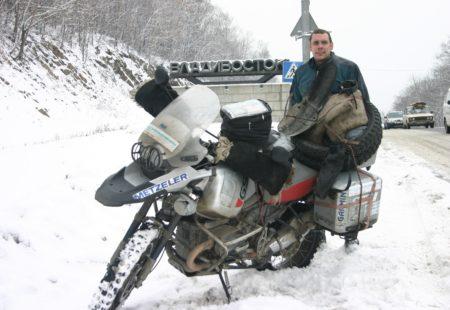"""<h3>Une vie de voyages et de moto</h3>  Tout commence en 1989. Après quelques voyages moto entre potes motards sur la Côte d'Azur, l'Espagne, ou encore l'Italie, un ami lui propose d'aller faire un tour... en Allemagne de l'Est et en Tchécoslovaquie ! A priori, il y a plus « exotique » comme destination, mais le « bloc de l'Est » était surtout une inconnue à cette époque. Alors, pourquoi pas !  Il nous raconte : """"Et nous voilà partis à la découverte de pays au premier abord sombres, gris et tristes. Mais ce n'était qu'en apparence. Car l'âme slave, même si elle s'avère parfois nostalgique, offre souvent un accueil chaleureux, le partage de moments de bonheur, des rencontres enrichissantes et des fêtes mémorables. Eh oui, on était loin des clichés du départ. Après ce trip, suivent la Hongrie, la Pologne, la Russie et l'Ukraine. D'une simple envie de passer des vacances différentes est née une véritable passion pour les voyages à moto de caractère."""""""
