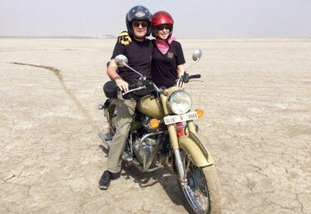 <strong>Quelle est ton expérience moto, Eliane, en tant que passagère ?</strong> <strong>Eliane :</strong> Je ne conduis pas et j'ai toujours été à l'arrière. Quand j'étais jeune, j'ai beaucoup appréciée d'être passagère. Mais aujourd'hui, pour des questions de confort, je préfère la voiture dans la vie de tous les jours. Par contre, en voyage, j'adore ! On est plus proche de la population, on est en contact avec l'environnement… J'ai beaucoup aimé notre voyage au Rajasthan en étant à l'arrière. <strong>Philippe :</strong> J'admets que je n'ai pas reconnu ma femme ! Depuis dix ans, je lui propose en vain de m'accompagner dans des petites virées moto en France pour aller au bord de mer ou ailleurs. En Inde, non seulement Eliane était motivée pour venir, mais en plus elle y a pris beaucoup de plaisir. J'ai l'impression qu'elle s'est réconciliée en Inde avec la moto.