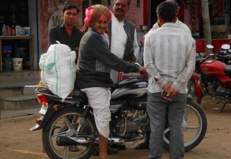 <strong>Comment avez-vous trouvé le Rajasthan ?</strong> <strong>Philippe :</strong> C'était splendide. J'ai retrouvé les sensations d'un vrai voyage aventure, dans des décors magnifiques. <strong>Eliane :</strong> Montagnes, désert, forts, palais, villes, vie rurale, villages, le Rajasthan est très riche et très varié. C'est une région qui peut plaire à tout le monde. Je garde l'image sublime des femmes qui passent dans leurs saris colorés, portant les jarres d'eau sur la tête, dans des paysages désertiques… Et puis on s'arrête souvent dans les petits villages. On enlève nos casques et les enfants découvrent que nous sommes des étrangers. On observe de belles scènes de vie, à l'écart des routes, dans des endroits qui ne sont pas touristiques. C'est magique.