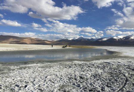 """<h2>Des motivations diverses</h2>  Au départ du projet <a href=""""http://www.vintagerides.com/auto-moto-himalaya/"""">Auto Moto en Himalaya</a>, il y a d'abord une envie de raconter tout ce que l'Himalaya, au nord de l'Inde, peut avoir de passionné. """"Partir en Royal Enfield sur les routes les plus hautes du monde nous semblait être une expédition incroyable"""", explique David-Alexandre Danelon, réalisateur du reportage. Pour René Derrien, Vintage Rider de 70 ans originaire de Bordeaux, c'est l'appel de l'aventure qui a été l'élément déclencheur de ce projet de voyage. Ayant découvert le Rajasthan avec <a href=""""http://www.vintagerides.com/"""">Vintage Rides</a> en 2015, l'idée de tenter une deuxième fois une expérience moto à l'étranger lui trotte dans la tête. Ce sera donc le Ladakh, et sa chaîne de montagnes mythique offrant la possibilité de """"faire de la moto différemment"""" qui le convaincront. """"Lors de mon premier trip j'ai aimé le compromis entre le <a href=""""http://www.vintagerides.com/"""">voyage moto</a> et la découverte d'une nouvelle culture. Pour mon deuxième départ je voulais quelque chose d'encore plus intense""""."""