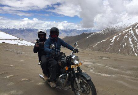 """<h2>Une affaire de groupe</h2>  Parce que le <a href=""""http://www.vintagerides.com/voyage-moto/inde-himalaya/"""">circuit moto en Himalaya</a> n'est surtout pas un voyage statique, le ride qu'il soit solo, duo, groupé ou azimuté est simplement une voie sacrée. Chez Vintage Rides, nous avouons avoir un petit penchant pour les activités en communauté privilégiant les rencontres insolites. Le réalisateur David-Alexandre, tout à fait bien intégré au groupe de motards, s'est gentiment vu proposé d'être passager sur l'une des bécanes du tour. """"J'étais initialement derrière le tour leader, Dinesh, mais comme il devait rester en permanence devant le groupe, être derrière Valentin m'a permis de filmer des allers-retours, face à la route. Il a servi en quelque sorte de moto-relais, et c'était vraiment cool."""" Un voyage également ponctué par de nombreuses rencontres avec les locaux. Du reportage <a href=""""http://www.vintagerides.com/auto-moto-himalaya/"""">Auto Moto Himalaya</a>, on retiendra des passages touchants, comme Bruno, le père de famille disant """"se faire emmener pour la première fois par ses fils, au lieu du contraire"""", ou encore René expliquant avoir passé la barre des 2000m d'altitude pour la première fois, et ce sans aucun mal des montagnes !"""