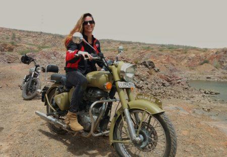 <strong>Une femme qui conduit une Enfield, ca impressionne toujours un peu...</strong> A Goa, les riders qui passaient en Enfield en sens inverse me faisaient toujours le signe de la main et je répondais, c'était drôle… A Delhi, il y a beaucoup de regards aux feux rouges. On ne va pas se mentir : on vit dans un monde d'hommes et on n'est pas tant de femmes à moto. Pour moi, c'est aussi une manière de dire : « Okay, les gars, je peux faire pareil ! » C'est vrai que c'est un défi, même si ce n'est pas si difficile car c'est une question d'équilibre, pas de muscles.   <strong>Ce n'est pas dur à conduire ?</strong> La Enfield, c'est pépère, stable, facile. J'ai l'impression d'être dans un fauteuil en cuir !  C'est la moto la plus facile à conduire. J'adore son bruit et son look, et dès qu'on fait de la piste ou du caillou, c'est super agréable.