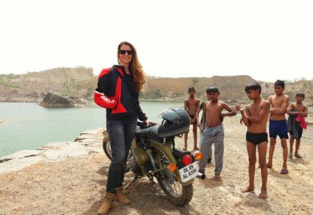 <strong>Comment est née ta relation à la Royal Enfield ?</strong> La première fois que je suis venue en Inde, j'avais 19 ans. J'ai vu ses bécanes incroyables sur les routes...  Au Ladakh, j'étais fascinée par les motards que je croisais. Je me suis promis que je passerais un jour mon permis moto et que je ferais la magnifique route de Leh, au Ladakh, à Srinagar, au Cachemire. C'est resté dans un coin de ma tête.  <strong>L'Inde est aussi une passion pour toi ?</strong> Oui. J'y suis allée 18 fois en vacances avant d'y habiter ! J'aime les sensations. En Inde, tous les sens sont en éveil. C'est un pays de mystères. Je ne comprends toujours pas l'Inde et cet aspect est très attirant. L'Inde est un amplificateur de passions, positives ou négatives. Quand tout va bien, on se sent bien et ce sont comme des moments de grâce.