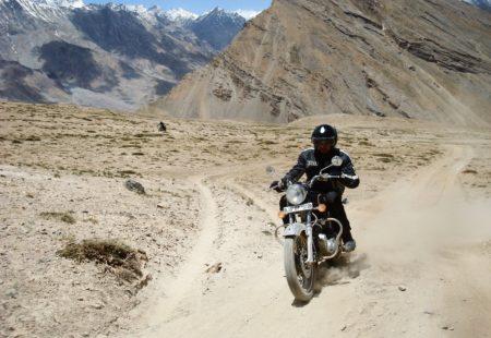 <h2>Qu'est-ce que je mets dans ma valise?</h2>  Préférez les sacs faciles à transporter et ne dépassez pas les 15 kg. On pense avant tout à la sécurité, avec l'équipement indispensable: gants, casque, chaussures. On vous recommande de prendre des vestes et pantalons renforcés. Entre un voyage en Inde du Sud ou dans l'Himalaya, malgré le changement de climat, vous aurez finalement besoin du même équipement moto. Pensez aux vêtements techniques thermiques, très utiles pour les changements de températures. N'oubliez pas un cache-nez pour vous protéger de la poussière, une paire de lunettes de soleil et de la crème solaire. Amenez toujours vos vêtements de pluie.