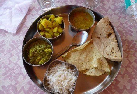 <h2>Qu'est-ce que je vais manger?</h2>  En Inde, la diversité est partout, également dans la gastronomie. Face aux craintes et aux idées reçues, on vous le dit: on se régale en Inde! Faites confiance à votre accompagnateur moto, il fera en sorte de satisfaire les envies de chacun et de demander des plats «no spicy». Le plus souvent vous mangerez des plats à base de riz, de lentilles, avec des galettes remplaçant le pain, des légumes cuisinés aux mélanges d'épices, parfois du poulet et souvent des fruits! Dans les hôtels où vous séjournez, vous aurez souvent le choix entre cuisine locale et internationale.