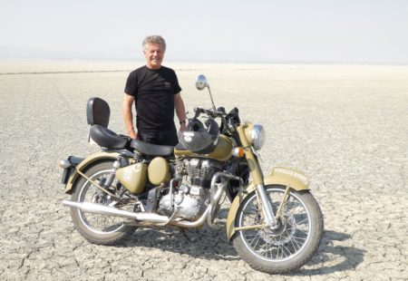 """<strong>Qu'as-tu pensé de l'organisation de ce <a href=""""http://www.vintagerides.com/voyage-moto/inde-rajasthan/"""">voyage moto au Rajasthan</a>?</strong> Pour être très honnête, je m'attendais à un circuit moto tranquille et à de petits hôtels moyens. Pas du tout ! Pour les hébergements, c'était royal. De très beaux hôtels, des cadres magnifiques, des maisons de charme incroyables... Je ne m'y attendais absolument pas. Et le voyage bécane était tonique. Certains passages étaient vraiment amusants. Ca m'a tellement plu que j'ai envie de refaire le sud de l'Inde avec Vintage Rides. Car c'était exactement ce que je recherchais. Le plaisir sportif, les rencontres avec les gens, le cadre extraordinaire du Rajasthan, tout était là. L'équipe de Vintage Rides était très attentive. C'est vrai que c'est quand même très confort d'arriver le soir quelque part et que tout soit prévu. Pour moi, c'était différent de ce que je fais habituellement et j'ai beaucoup apprécié.  <strong>Et le voyage au quotidien s'est bien passé ?</strong> Absolument super. Déjà, nous étions un groupe de seulement trois motos. Il y avait un Anglais et j'ai aimé ce mélange culturel. Nous sommes tous restés amis. Le guide, Anuj, a été top. Il était ouvert sur la société indienne, sympa et serviable, et il parlait français et anglais. Sa présence a beaucoup facilité le voyage. La bonne entente entre nos trois motos et Anuj a été positive au quotidien. Cela a apporté quelque chose de supplémentaire au voyage. J'ai même demandé à Anuj si c'était toujours ainsi avec ses groupes. Il m'a dit qu'il y avait spontanément une bonne ambiance entre personnes qui partagent naturellement l'esprit moto et l'envie de ces voyages incroyables. Je pense aussi que le contexte particulier de l'Inde le permet."""