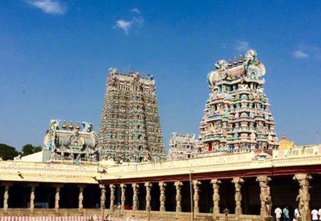 <h3>Richesses du Tamil Nadu</h3>  Les paysages changent, évoluent, et vous passez en moto dans un autre univers à mesure que vous vous éloignez des ghâts occidentaux. Tout varie d'un état à l'autre, la topographie, le climat, la langue, mais aussi l'architecture et les temples. L'air est moins humide, les paysages plus rocailleux, comme un air de savane. Grâce aux petites routes secrètes que l'on emprunte en moto, on est au plus près des villages et des populations, les rencontres hautes en couleur se succèdent. C'est ensuite l'éblouissement devant le temple millénaire de Madurai, symbole de l'architecture dravidienne, puis l'immersion dans le Chettinad, loin des circuits touristiques, à la rencontre de la communauté des Chettiars. Ces prêteurs d'argent en Inde et en Asie du Sud-est ont fait la renommée de la région dès le XVIe siècle. On visite leurs demeures à l'architecture remarquable, entre style tamoul et Art Deco. Une halte à Tanjore, et c'est l'arrivée sur la côte à Tranquebar puis à Pondichéry, ancien comptoir français à l'atmosphère unique. Vous reprenez votre souffle avant de rejoindre la capitale du Tami Nadu, Chennai, pour un dernier rebondissement.