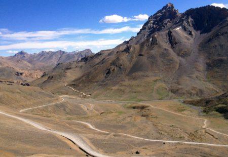 Caressant des ravins abrupts, des oasis d'abricotiers et des déserts de rocailles, elles déroulent leurs rubans d'asphalte sur le toit du monde. Praticables durant la saison furtive de l'été, les routes carrossables du Ladakh, un ancien royaume bouddhiste niché l'Himalaya indien, sont les plus hautes de la planète. Chevauchant les légendaires Royal Enfield, les motards s'en donnent à cœur à joie pour épouser les courbes de ces routes improbables.   Défiant l'imaginaire, elles montent en lacets vertigineux jusqu'à des cols que les voyageurs atteignent non sans fierté. Au cœur d'un paysage lunaire et grandiose, des guirlandes colorées de drapeaux de prières bouddhistes claquent dans le vent et célèbrent la prouesse: le col de Khardungla, à 5359 m, ou celui de Taglangla à 5328 m. Le souffle court et les jambes flageolantes, les voyageurs prennent à la va-vite des photos-trophées. Puis, file ondulante au rythme des virages, les motos redescendent dans les vallées paisibles où la vie reprend ses droits.