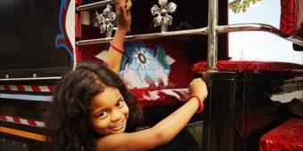 fillette inde rickshaw