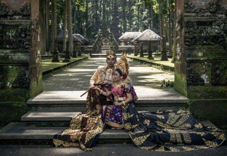 """<h2>Le meilleur de Bali </h2>  Préparez-vous à être surpris. En 12 jours de voyage, vous allez en prendre plein les yeux. Tout commence à Ubud, capitale culturelle et artistique de Bali, QG de <a href=""""http://www.vintagerides.com/"""">Vintage Rides</a>. La ville ne manque pas d'attraits : restaurants, bars, boutiques d'artisanat et galerie d'art se confondent à la vie locale,  chorégraphiée par les rites et offrandes quotidiens. Le monocylindre s'ébroue direction la campagne balinaise ! Sur l'île des dieux, même les rizières sont classées à l'Unesco. L'eau et la terre se rejoignent pour refléter le ciel, faire pousser le riz et magnifier les paysages. Temples millénaires, petits villages de pêcheurs, sources sacrées, cascades sauvages, plantations de café, de girofliers… L'harmonie et la beauté inégalables de Bali vous séduiront instantanément. Sans oublier les plages de sable noir au charme fou et le snorkeling dans les plus beaux fonds marins de Bali, sur l'île Mejangan."""