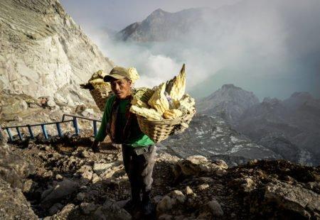 <h2>Java : entre jungle et volcans</h2>  Plus grande et densément peuplée, Java incarne la tolérance à travers sa multitude de groupes ethniques. Au programme de votre baptême volcanique : l'ascension du Kawah Ijen, pour admirer le plus grand lac acide du monde où travaillent encore les forçats du souffre. D'autres montagnes fumantes vous attendent dans le parc national de Bromo-Tengger-Semeru. Les yeux encore embrumés, vous assistez au rendez-vous quotidien du lever de soleil sur le Bromo et ses voisins actifs. Le moment tant attendu arrive lorsque vous posez les roues dans la caldeira, « la mer de sable ». Les paysages lunaires aux proportions gigantesques vous hypnotiseront à coup sûr et une partie de votre âme, elle, restera là-bas à jamais. Une dernière nuit près de la plage de Sukamade vous donnera la chance d'observer la ponte des tortues marines géantes. Le retour à Bali se fait en douceur. Laissez-vous envouter une dernière fois par le Mont Agung, le plus haut sommet de l'île, en sirotant un cocktail les pieds dans le sable d'Amed.