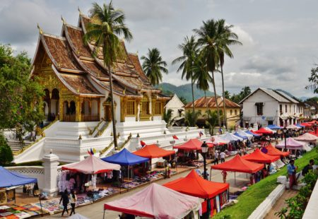 <h3>Toutes les routes mènent à Luang Prabang</h3>  Ancienne capitale royale aujourd'hui inscrite au patrimoine mondial de l'Unesco, Luang Prabang est un bonheur pour les yeux. C'est le seul endroit dans l'itinéraire où nous resterons deux nuits. A vrai dire, on y resterait bien toute la vie. Ici tout n'est que calme, sérénité et temples raffinés. Entre les belles demeures coloniales se dégage l'odeur exquise des frangipaniers. Le coucher de soleil au bord du Mékong est un rendez-vous incontournable, accompagné de la fameuse bière Lao. A Luang Prabang, nous faisons une très belle rencontre avec un couple passionné de motos : visite de leur petit workshop rempli de merveilles, partage de bons plans et de routes secrètes, et super soirée à la clé!