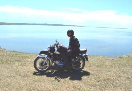 Lorsque j'ai eu mon accident de moto en 2008 et que je suis devenu paraplégique, il fallait que je trouve une solution pour continuer à vivre ma passion. Je me suis très vite dirigé vers le side-car pour continuer à rouler. Avec mon Ural 750 Ranger, j'ai découvert l'univers du trois roues asymétriques et les formidables capacités de cet engin atypique pour voyager autrement. J'ai connu les premières images de la Mongolie à travers le blog d'Hubert Kriegel. Ce véritable globe-trotteur en side-car était également un remarquable photographe, ses clichés m'ont immédiatement donné envie d'y aller. La steppe, les chevaux sauvages, l'immensité des paysages… J'étais également très curieux de découvrir la culture nomade, voir avec quelle simplicité ce peuple vit toute l'année dans un pays où les conditions climatiques sont parmi les plus rudes au monde. J'avais bien sûr envie de ressentir la sensation de liberté que vous procure la steppe, bien que je sois en fauteuil. Mais les obstacles pour réaliser ce projet étaient nombreux.