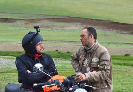 """J'ai rencontré Jean Burdet d'<a href=""""https://www.alternative-sidecar.com/"""">Alternative-Sidecar.com</a>, à l'origine du voyage <a href=""""https://www.vintagerides.com/voyage-moto/mongolie/east-side-story/"""">East Side Story</a> avec <a href=""""https://www.vintagerides.com/"""">Vintage Rides</a>. Nous avons réfléchi ensemble aux solutions qui me permettraient de réaliser ce voyage en side-car malgré mon handicap. La motivation de départ pour ce trip a toujours été de repousser mes propres limites. Le handicap ne doit pas être un frein mais une motivation supplémentaire. Je voulais vivre une véritable aventure loin de chez moi, sortir de ma routine et de ma zone de confort. J'étais aussi motivé par l'idée d'effectuer un repérage pour des personnes en situation de handicap qui rêveraient aussi d'effectuer un tel voyage. Nous avons donc décidé d'équiper un side-car de Vintage Rides en Mongolie pour un paraplégique puis d'analyser les principales difficultés rencontrées en fauteuil roulant. J'ai sollicité La Mutuelle des Motards et Handicap Motard Solidarité pour mener à bien ce projet."""
