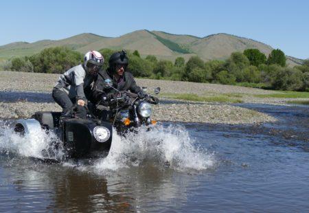 """J'ai plusieurs très bons souvenirs de ce <a href=""""https://www.vintagerides.com/voyage-moto/mongolie/"""">voyage moto en Mongolie</a>. Les passages à gués et les dévers à gauche en side-car sont toujours de grands moments de pilotage. Je pourrais vous raconter les longues traversées dans la steppe en roulant à côté des chevaux au galop. Mais, je crois que le moment le plus marquant restera notre rencontre avec les nomades. Les enfants venaient spontanément vers moi et s'amusaient à me pousser tout autour de la yourte. Je me souviens d'une chaleureuse accolade avec Namidjine, le père de famille, au moment de se dire au revoir. Il m'explique alors qu'il est toujours flatté de recevoir des étrangers, mais qu'aujourd'hui il se sentait honorer d'avoir accueilli un voyageur en fauteuil. Il avait bien conscience qu'il était plus difficile pour moi d'arriver jusqu'à lui."""