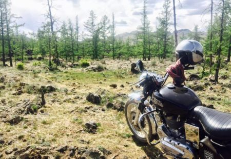 <strong>Cette destination, pour toi, elle s'adresse à quels voyageurs?</strong>A tout le monde! C'est difficile à dire, tu vois mes groupes sont toujours très hétérogènes, avec des gens de tous horizons. Mais je crois qu'avant tout, les riders qui viennent jusqu'ici aiment la nature et la liberté! En Mongolie, le terrain me permet de prendre plus de liberté: je prends une piste et derrière moi, toujours en vous ayant à l'œil, je vous laisse emprunter votre propre chemin, «faire votre propre trace». Il n'y a pas de route, pas de barrière, pas de limite. Il n'y a qu'en Mongolie qu'on peut rouler comme ça!