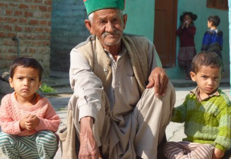 Plus haut, les modestes hameaux entourés de leurs frêles barrières de saules et de peupliers font l'effet d'oasis irréelles. Au milieu de cette immensité émerge les villages de Nako, Kyber et Komic, parmi les plus attachants de la région. Komic, situé à presque 4600m d'altitude, serait le plus haut village habité d'Asie. On rencontre un peuple d'une gentillesse désarmante auréolé d'un sourire apaisant. Bouddhistes pieux, attachés à leurs traditions, ces montagnards ont appris à vivre dans des conditions difficiles : des hivers longs et rudes couplés à la rareté des ressources. En été, tout ce petit monde s'occupe à moissonner l'orge et le blé. La région accueille aussi de téméraires bergers, les Gaddi, qui après avoir quittés les piémonts himalayens avec leurs troupeaux de moutons, se déplacent dans ces hautes vallées du bout du monde. Les drapeaux de prière colorés claquent au vent, la litanie des psaumes résonnent depuis la cour des monastères, les paysages lunaires invitent à la méditation. La plupart des monastères du Spiti sont juchés sur des éminences rocheuses, si bien qu'ils ont l'allure de forteresses.