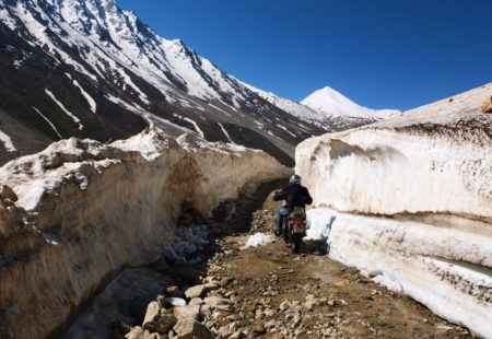 """La plupart de nos motards connaissent déjà le Ladakh, le « pays des cols ». Depuis Leh, dans la vallée de l'Indus, ils sont nombreux à rejoindre le Khardung La (5370m), le col carrossable le plus haut du monde. Les régions du Kinnaur et du Spiti, elles, sont beaucoup moins fréquentées, plus isolées, presque secrètes. Une poignée d'aventuriers privilégiés s'y rend chaque année, le plus souvent entre les mois de septembre et octobre. Johann, notre accompagnateur moto nous le confirme : « C'est comme un Ladakh hors les murs, tout aussi grandiose et moins fréquenté, le sentiment de rouler au bout du monde se fait plus incisif. » Notre <a href=""""https://www.vintagerides.com/voyage-moto/inde-himalaya/"""">voyage moto Himalaya</a> a par ailleurs beaucoup d'avantages. Il convient à ceux qui souhaitent prendre leurs vacances en dehors des périodes scolaires et éviter ainsi les mois de juillet-aout. Il séduit également les voyageurs un peu inquiets face aux problèmes liés à l'altitude. Notre itinéraire suit une progression toute particulière et permet une excellente acclimatation avant d'affronter les hautes altitudes du Spiti."""