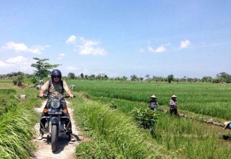"""<h2>Eric, 59 ans, Paris</h2>  Quand un motard troque sa Harley pour une Royal Enfield, il y a une bonne une raison ! Eric a décidé d'avoir les deux. Il a déjà voyagé en Harley sur la Route 66 lorsqu'il découvre la Royal Enfield. Un <a href=""""https://www.vintagerides.com/voyage-moto/inde-rajasthan/"""">voyage moto au Rajasthan</a> l'année dernière lui fait découvrir une nouvelle moto mais surtout une toute autre manière de voyager. Sentiers, petites routes, pistes, il trouve cette moto légère et tellement agréable à conduire. Eric saisit tout de suite que conduire une Royal Enfield, c'est un état d'esprit : « On retrouve de vraies sensations et on traverse les pays différemment. » Ni une ni deux, il rentre de voyage et va directement à la concession de Levallois Perret s'acheter une Classic 500 Desert Storm, avec de belles sacoches pour pouvoir prendre la route. Direction l'Espagne où sa moto l'attend désormais sur place une partie de l'année. Il a craqué sur la moto et surtout sur les voyages en Royal Enfield. Tout juste de retour d'un <a href=""""https://www.vintagerides.com/voyage-moto/indonesie/"""">road-trip en Indonésie</a>, sur la route des volcans entre Bali et Java, il repart en début d'année au Laos…"""