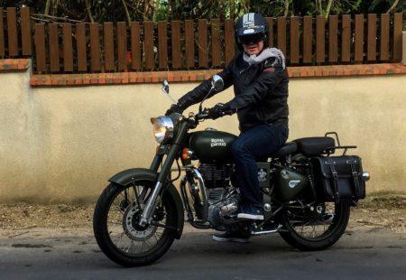 <h2>Pascal, 58 ans, La Baule</h2>  Il y a un an, Pascal ne connaissait pas du tout cette moto. Il s'inscrit avec un ami, Gérard, sur notre voyage dans le Nord de Thaïlande. Une semaine de moto jusqu'au Triangle d'Or, et le voilà immédiatement séduit par son look, son originalité et sa facilité de conduite. Dès son retour en France, il cherche à en acheter une. Il trouve alors une belle occasion avec seulement 420 km au compteur. Battle Green, comme nos modèles en Thaïlande, avec des sacoches et une selle passager. Il ne la quitte plus et roule au quotidien. « Pour la ville c'est une parfaite alternative au scooter, et tellement plus agréable à rouler. Avant je roulais sur une grosse BMW, et je ne regrette absolument pas mon achat. Je suis ravie de ma 500 Classic, elle est très confortable, maniable et suscite la curiosité des passants quand je m'arrête. Aujourd'hui, elle totalise 3500 km au compteur, zéro panne, que du bonheur. »  Gérard, s'en est aussi acheté une, et les deux potes se baladent ensemble sur les routes de France, avant de repartir peut être sur les routes d'Asie.