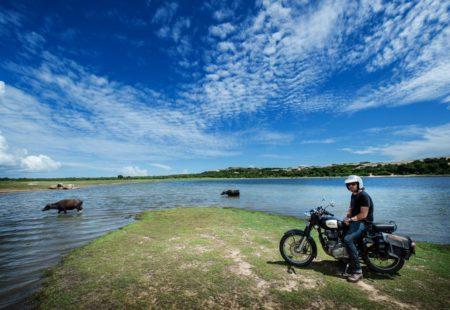 <h3>Au rythme des lagons et de la vie sauvage</h3>  Après quelques jours de moto, nous quittons le littoral pour nous enfoncer dans les terres, et retrouver un peu de relief. Direction le parc national de Gal Oya. Toute cette zone semi-montagneuse de forêts est méconnue des voyageurs. Cette région faiblement peuplée abrite encore une ethnie de chasseurs-cueilleurs vivant dans la jungle. Les paysages sont à couper le souffle, entre savane africaine et montagnes rocheuses féeriques. Dans ce parc très confidentiel, la faune sauvage est exceptionnelle. Oiseaux, singes, léopards, ours, buffles, crocodiles, éléphants…C'est le seul endroit dans tout le Sri Lanka où l'on peut réaliser un safari en bateau!