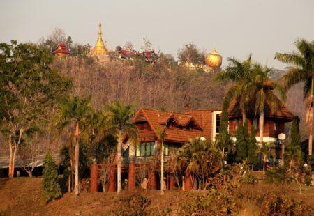 <h3>Les premiers tours de roue en Thailande</h3>  Les premiers kilomètres ont un charme particulier. C'est l'accomplissement des préparatifs. Rouler sur une Royal Enfield dans un nouveau pays a quelque chose de magique et je ne peux m'empêcher de penser à tout le chemin parcouru par la marque centenaire. Chanceux, nous roulons sur les deux toutes premières Royal thailandaises importées par le concessionnaire de Bangkok. Nous retrouvons les motos à Chiang Mai qui sera notre base opérationnelle. Direction Chiang Rai et le Triangle d'or. Nous sommes tout de suite frappés par la qualité des routes, le calme du traffic et la culture moto locale. On se fait dépasser par une bande de jeunes qui roulent en Café Racer préparé sur des bases de petites Kawa de 150cc. Ils regardent les Royal avec envie. Un petit signe et ils continuent leur route.